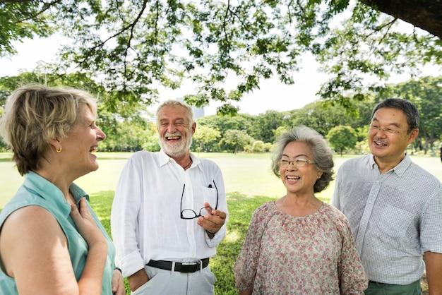 고위 은퇴 친구 행복 개념의 그룹