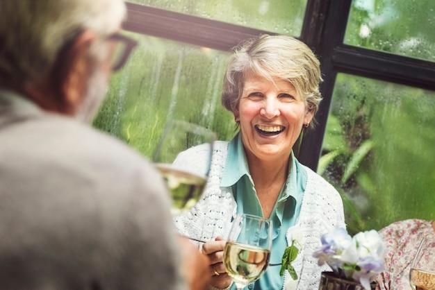 Группа старших пенсионеров встретиться с концепцией счастья
