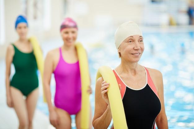 プールによる年配の女性のグループ