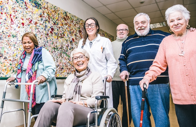 Группа пожилых людей делает деятельность в хосписе