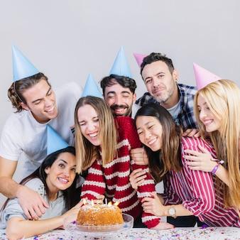 Группа из семи друзей, отмечающих день рождения