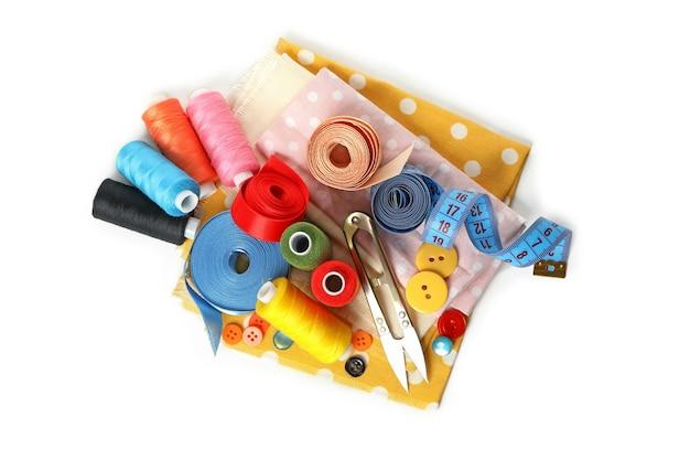 Группа швейных принадлежностей, изолированные на белом фоне