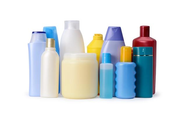 白い背景で隔離のシャンプーまたはボディケアボトルのグループ。衛生用品の品揃え
