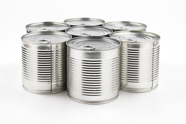 Группа серебряных консервов на белом фоне.