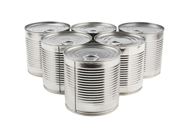白い表面に銀の缶詰食品のグループ。