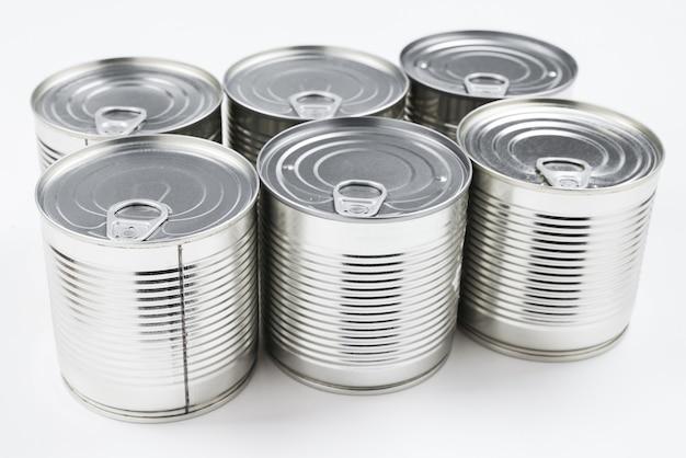 白い表面の銀の缶詰食品のグループ