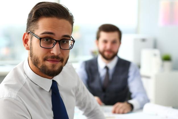 양복과 넥타이에 웃는 수염 사업가의 그룹
