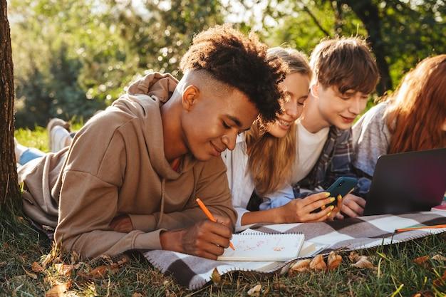 笑顔の多民族の学生のグループ