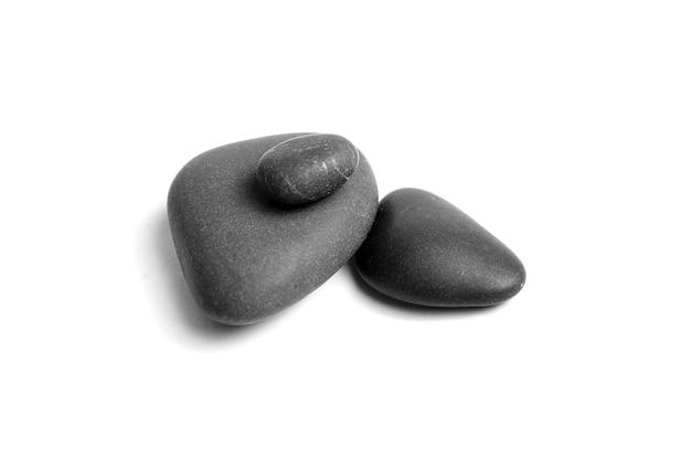 分離された滑らかな灰色と黒海の小石のグループ