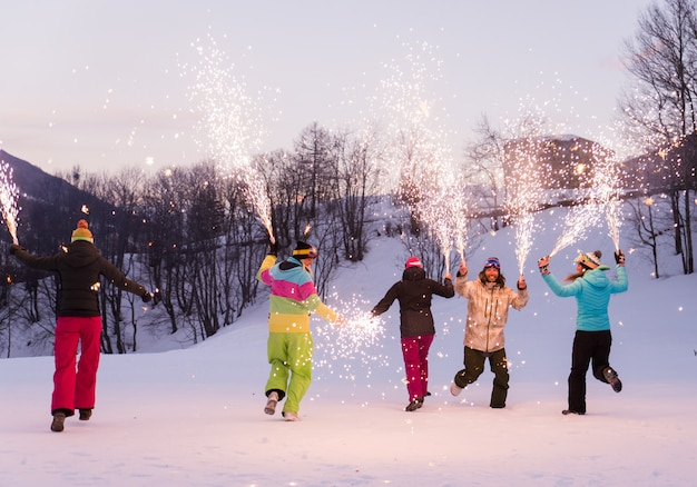 겨울 휴가에 스노우 보더의 그룹