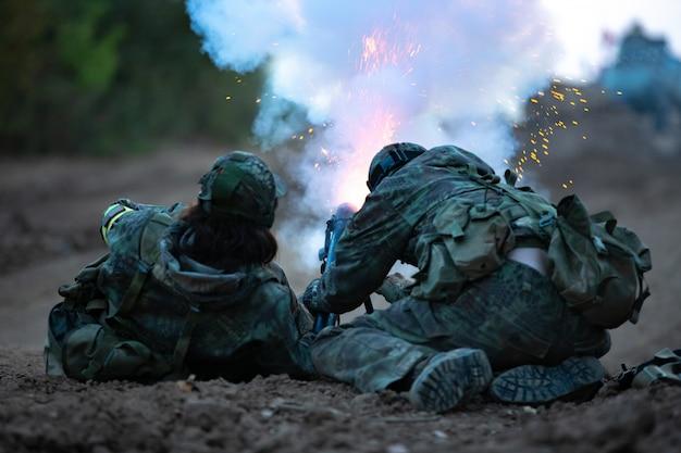 Группа солдат на открытом воздухе на учениях армии.