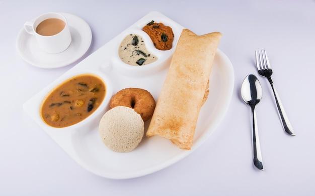 南インド料理のドーサ、イドゥリまたはイドゥリ、ヴァーダ、サンバーココナッツチャツネとホットティー、南インドのバラエティプラッターのグループ