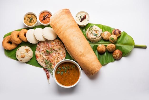 マサラドーサ、ウッタパム、イドゥリまたはアイドリー、ワダまたはヴァーダ、サンバー、アパム、セモリナハルワ、カラフルなチャツネを添えたバナナの葉の上で提供されるウプマ、選択的な焦点などの南インド料理のグループ