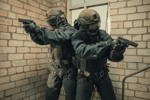 Группа бойцов спецназа штурмует здание альпинистов через окно. смешанная техника