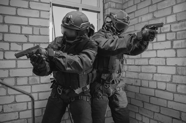 특수 부대 전투기 그룹이 창문을 통해 건물을 습격합니다.