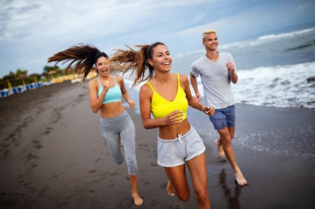 ビーチで走っているスポーツ選手のグループ