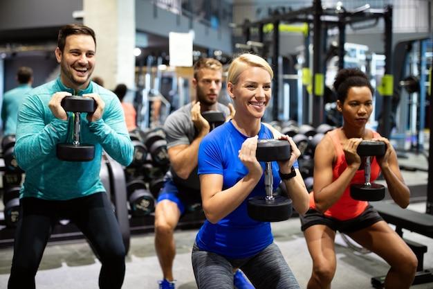 체육관에서 낚시를 좋아하는 젊은 사람들의 그룹입니다. 행복한 친구 운동, 피트니스 클럽에서 운동
