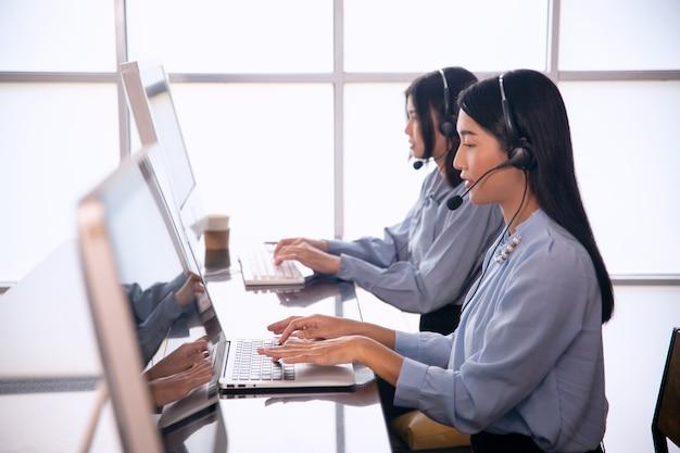 Группа сотрудников новая команда продаж онлайн-бизнеса и колл-центр ит-поддержка, помогающая клиенту