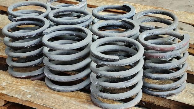 Группа стальных пружин амортизаторов на деревянном поддоне