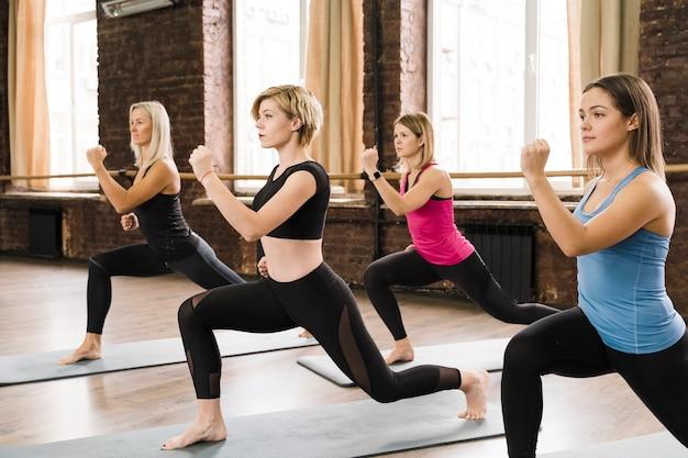 Группа сильных женщин, тренирующихся вместе