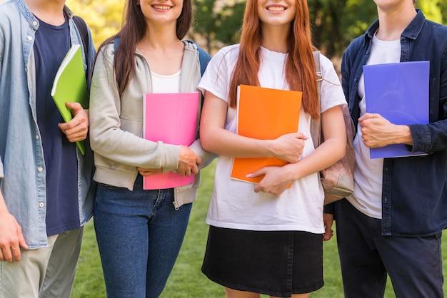 Группа студентов рады вернуться в университет