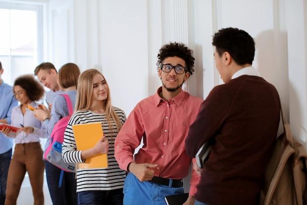 휴식 시간 동안 대학 홀에있는 학생들의 그룹