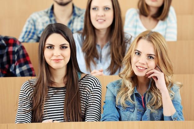 教室に座っている学生のグループ