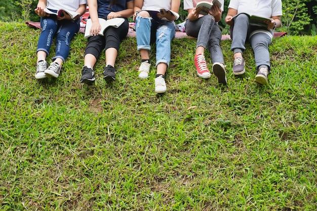 芝生に座っている学生のグループ