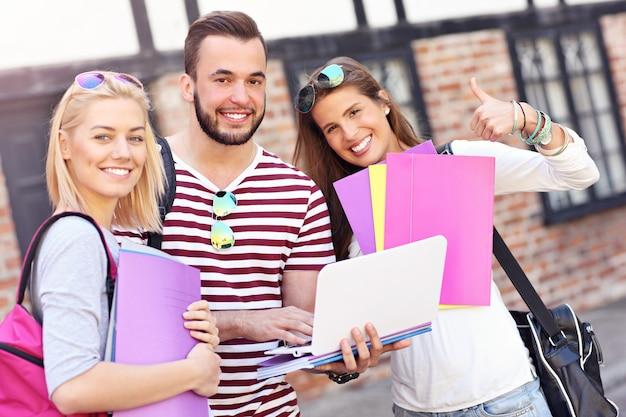 Группа студентов, стоящих в кампусе