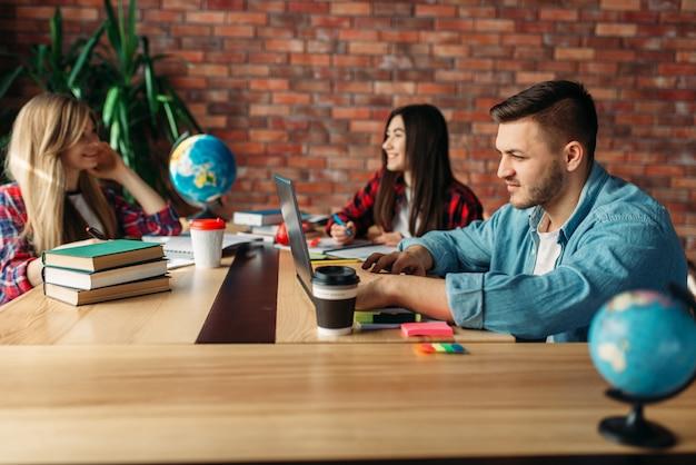 Группа студентов, обучающихся за столом вместе