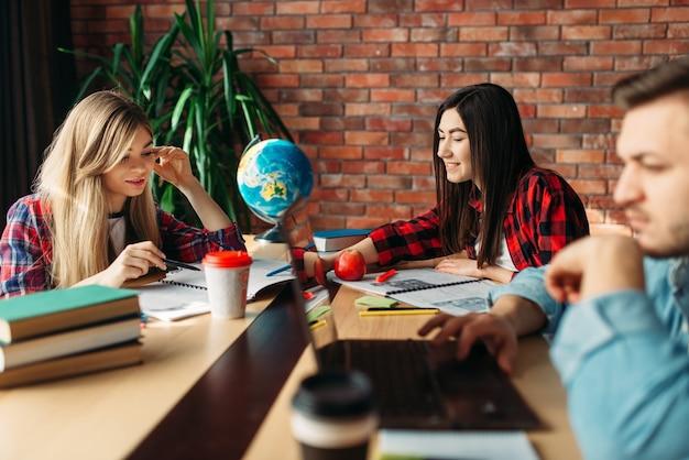 一緒にテーブルで勉強している学生のグループ