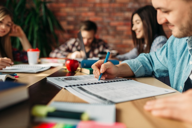 Группа студентов, обучающихся за столом