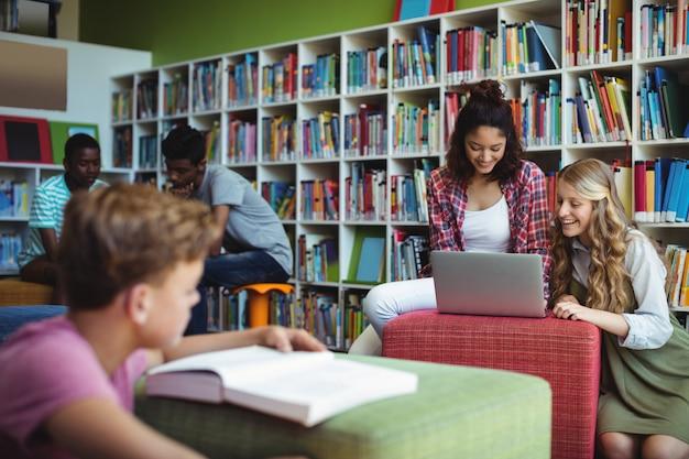 도서관에서 공부하는 학생 그룹