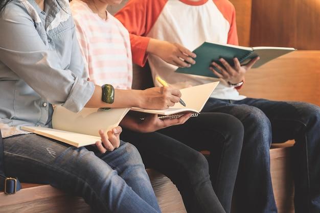 Группа студентов, преподающих их урок, концепция образования