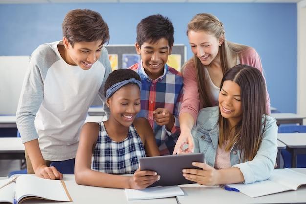 교실에서 디지털 태블릿을 사용하는 학생의 그룹