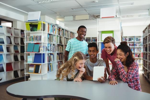 디지털 태블릿을 사용하는 학생 그룹
