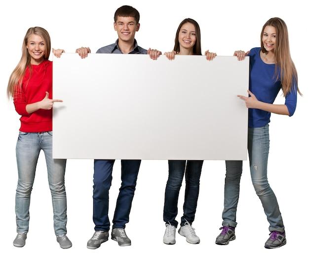 Группа студентов с пустой знак, изолированные на белом фоне