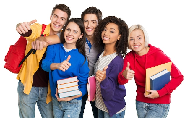 Группа студентов с книгами, жестикулирующими пальцами вверх, изолированные на белом фоне