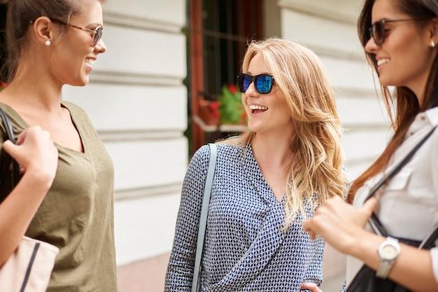 Группа стильных женщин, наслаждающихся в городе