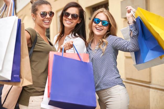 쇼핑가 세련 된 여자의 그룹
