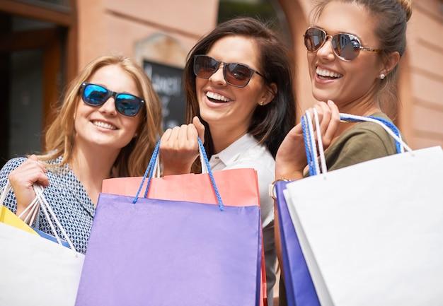 買い物に行くスタイリッシュな女性のグループ