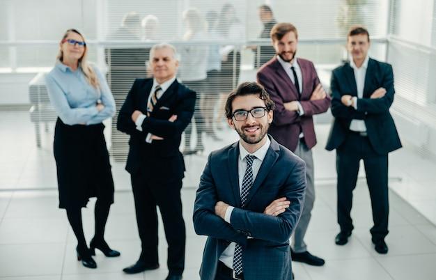 Группа успешных деловых людей, стоящих в офисе. фото с копией пространства