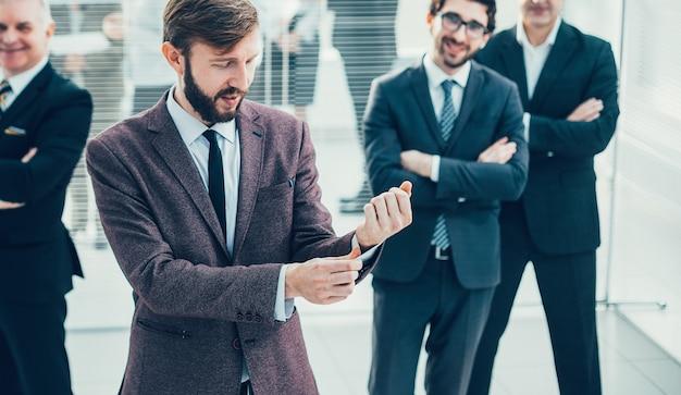 オフィスに立っている成功したビジネスマンのグループ