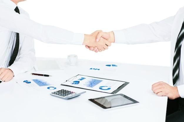 Группа успешных бизнесменов. обсуждение диаграмм и графиков