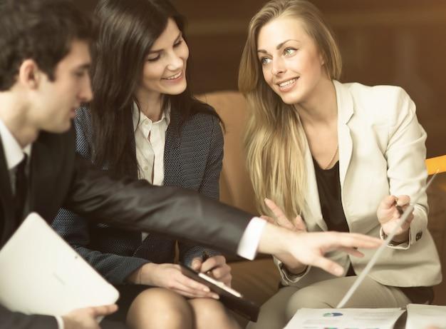 成功したビジネスマンのグループ。重要な文書の議論