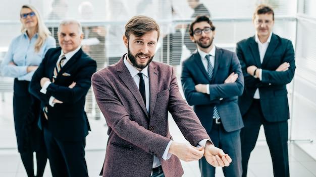 Группа успешных бизнесменов, стоящих в офисе