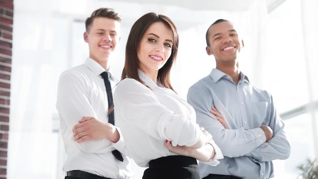Группа успешных коллег на фоне офиса. фото с копией пространства