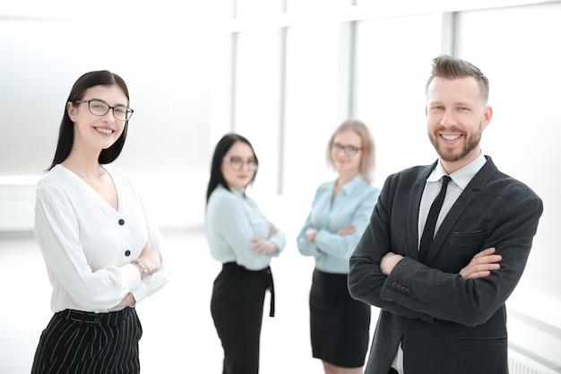 Группа успешных сотрудников, стоящих в офисе