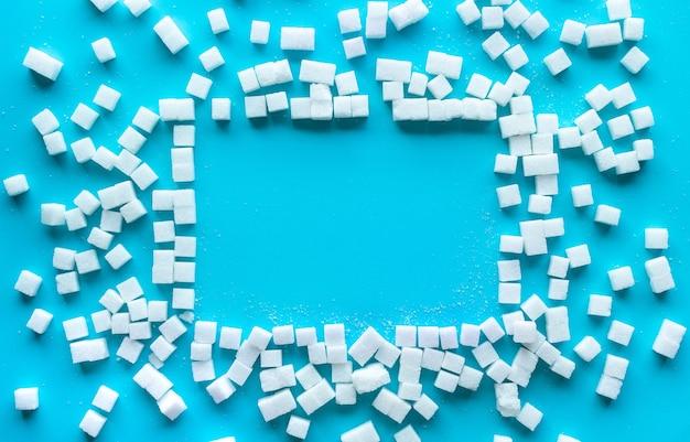 Группа сахара на цветном фоне. сладкие и здоровые концепции. диета и питательные. налог на сахар. вид сверху