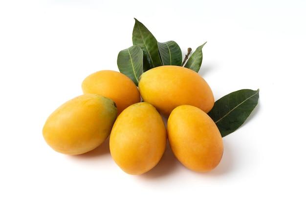 Группа сладких желтых марианских слив, изолированных на белом фоне.